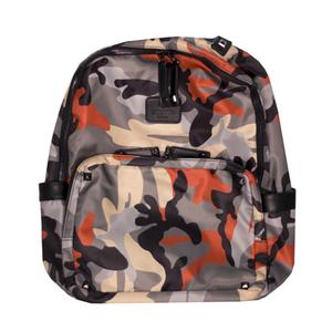 Рюкзак (средний)-в камуфляжном стиле, с объемным карманом на молнии, с клепками и кожанным логотипом черный 6610